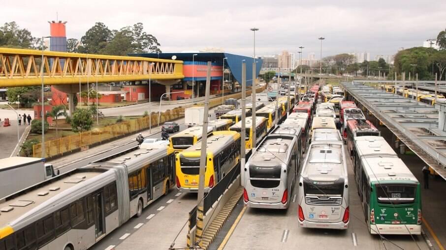 Ônibus estacionados no terminal Parque Dom Pedro II, durante a paralisação dos motoristas e cobradores de ônibus na capital paulista