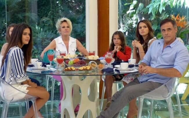 Bruna Marquezine com parte do elenco de 'Em Família' no 'Mais Você'