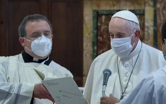 Papa Francisco vinha sendo criticado por não usar máscaras em eventos.