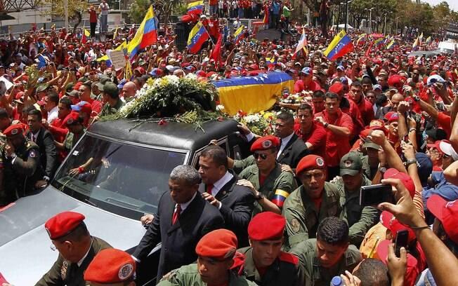 Caixão com o corpo do presidente venezuelano, Hugo Chávez, passa por ruas de Caracas depois de deixar hospital militar onde morreu na terça-feira (06/03)
