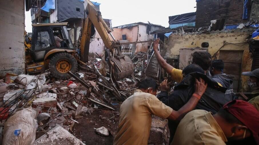 Prédio de três andares desaba em área carente em Mumbai
