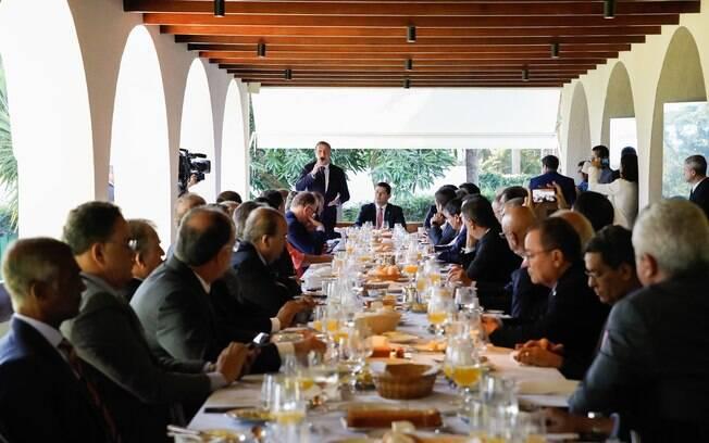Presidente da República, Jair Bolsonaro durante reunião com presidente do Senado, Davi Alcolumbre e governadores