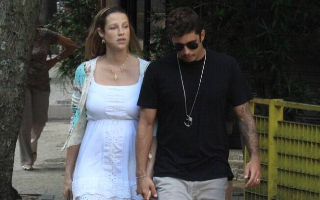 A atriz e o marido passearam na tarde do feriado, sem o filho Dom