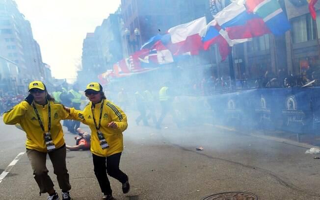 Corredoras reagem após segunda explosão atingir maratona de Boston, nos EUA (15/04). Foto: AP