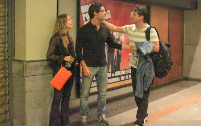 Fernanda de Freitas e o namorado parabenizam Marcelo Serrado após apresentação