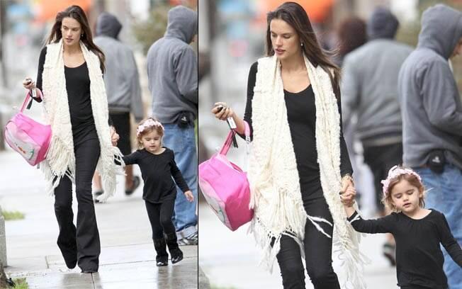 Alessandra Ambrósio com a filha, Anja, em Santa Mônica, nos Estados Unidos