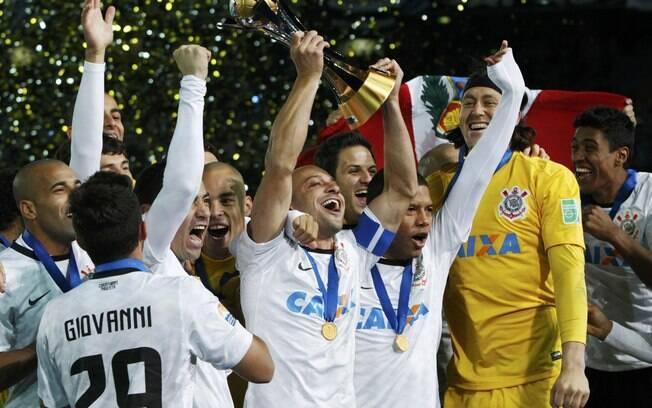 O capitão Alessandro ergue a taça e comemora  com os companheiros o título do Mundial de Clubes