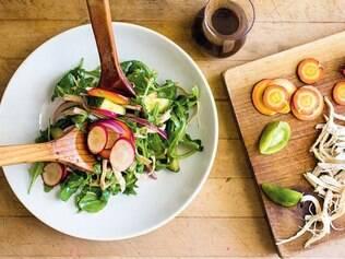 Opções variadas de saladas também podem ser preparadas no dia anterior e levadas