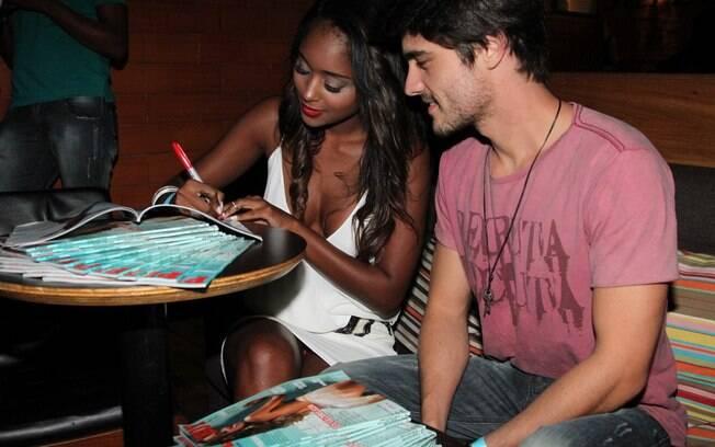 Aline Prado autografou a 'Playboy' do ator
