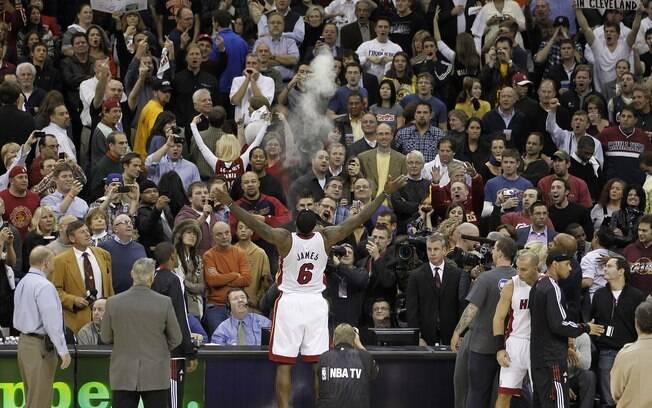 Depois de sete temporadas em Cleveland,  LeBron James se juntou ao Miami Heat em 2010. No  reencontro com a torcida do ex-time, foi bastante  hostilizado