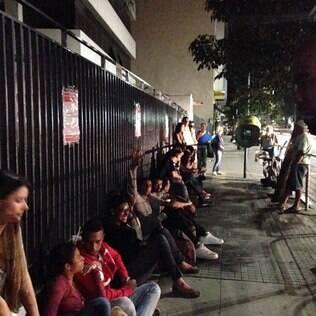 Estudantes passam noite em fila para conseguir crédito estudantil pelo Fies