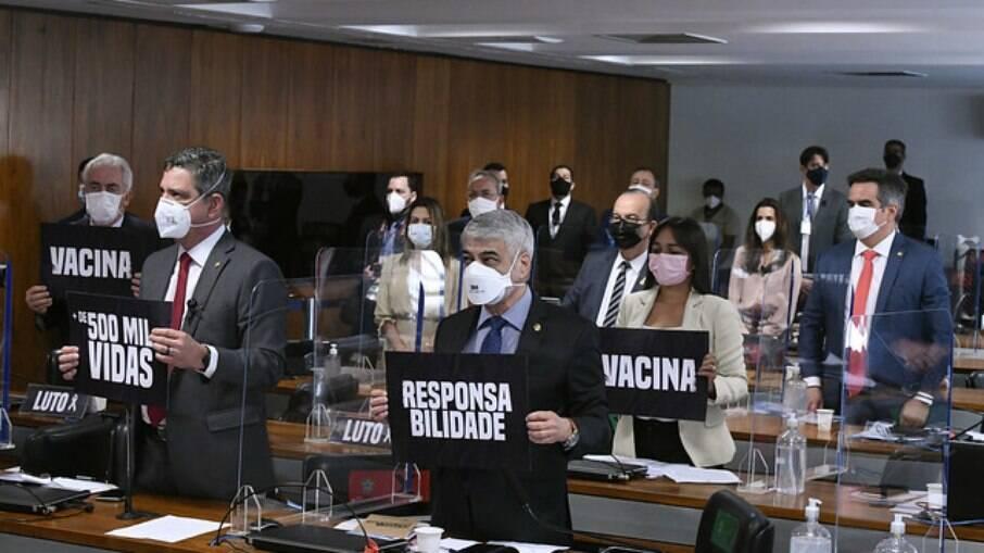 CPI da Covid faz minuto de silêncio pelas mais de 500 mil mortes