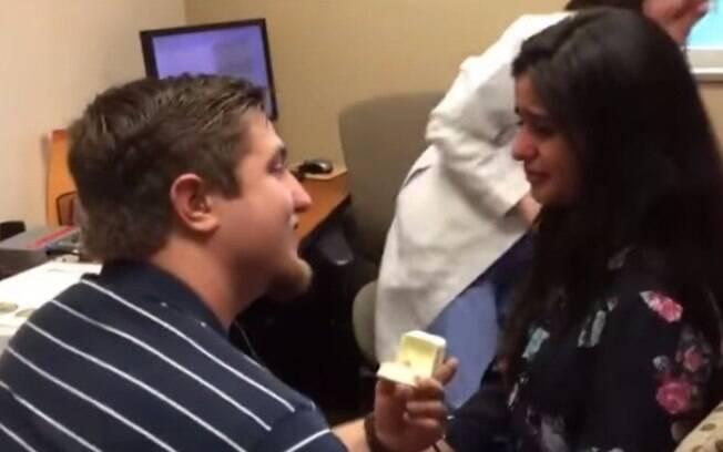 Kevin Peakman pede sua namorada em casamento, assim que ela ouve pela primeira vez