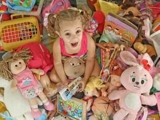 Gabriela em meio a seus brinquedos: a mãe, Flávia Spielkamp, resolveu só permitir presentes em datas comemorativas, como Natal e aniversário