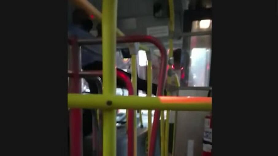 Motorista foi flagrado chutando o passageiro para fora do ônibus