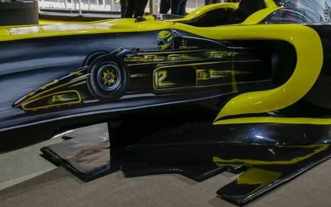 Família de Ayrton Senna ganha réplica de F1 da Renault com homenagem ao piloto