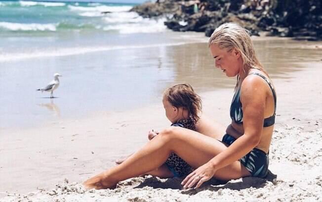 Apesar do momento carinhoso e o cenário lindo, australiana Olivia White odiou a foto no início apenas por conta de sua barriga