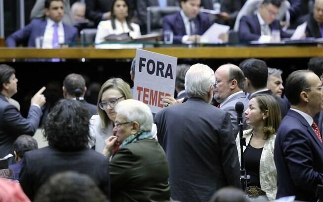 Partidos da oposição entraram com pedido de liminar no STF para alterar rito de votação da denúncia contra Michel Temer