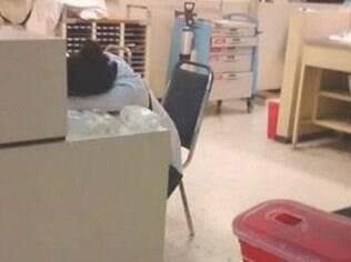 Médico dorme sobre prontuário após atender 18 pacientes