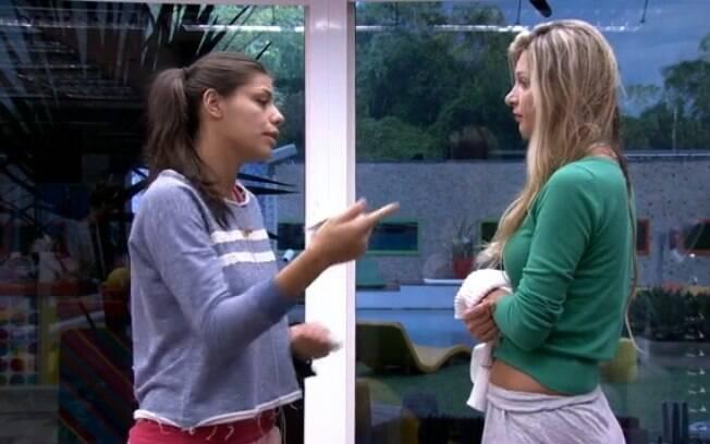 Franciele discute com Tatiele por causa da escova de cabelo