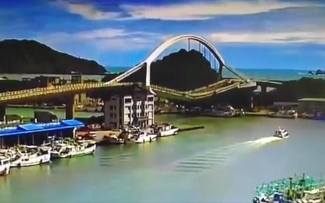 Imagens mostraram o momento exato em que a ponte simplesmente desabou; confira