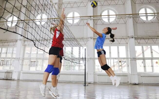 Em partidas de vôlei, futebol ou handebol, as pessoas precisam do grupo todo para conseguir praticar a atividade física