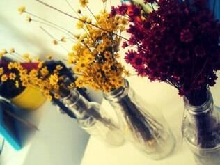 Toque. Arranjos de flores ajudam a enfeitar e dão vida ao espaço