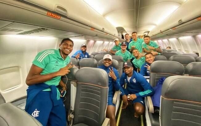 Jogadores do Flamengo sem máscara em avião