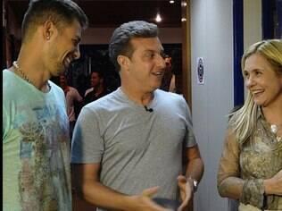 Luciano Huck foi um dos fanáticos por 'Avenida Brasil' que visitou os atores nos bastidores da trama