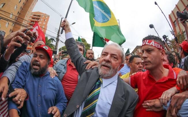 Lula caminhou com manifestantes na chegada à sede da Justiça Federal em Curitiba, onde prestou depoimento