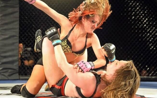 O LFC é uma mistura de MMA com WWE e as lutadoras usam apenas lingerie nos combates. Foto: Divulgação/LFC