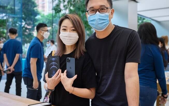 Primeiro dia de vendas do iPhone 12 em Singapura