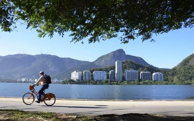 Na Lagoa Rodrigo de Freitas, o turista tem a oportunidade de andar de bicicleta ou até mesmo fazer um piquenique