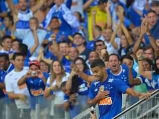 Alisson foi para os braços da torcida ao marcar o primeiro gol do Cruzeiro no jogo