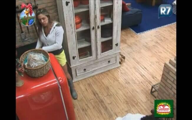 Joana conversa com peões na cozinha da sede