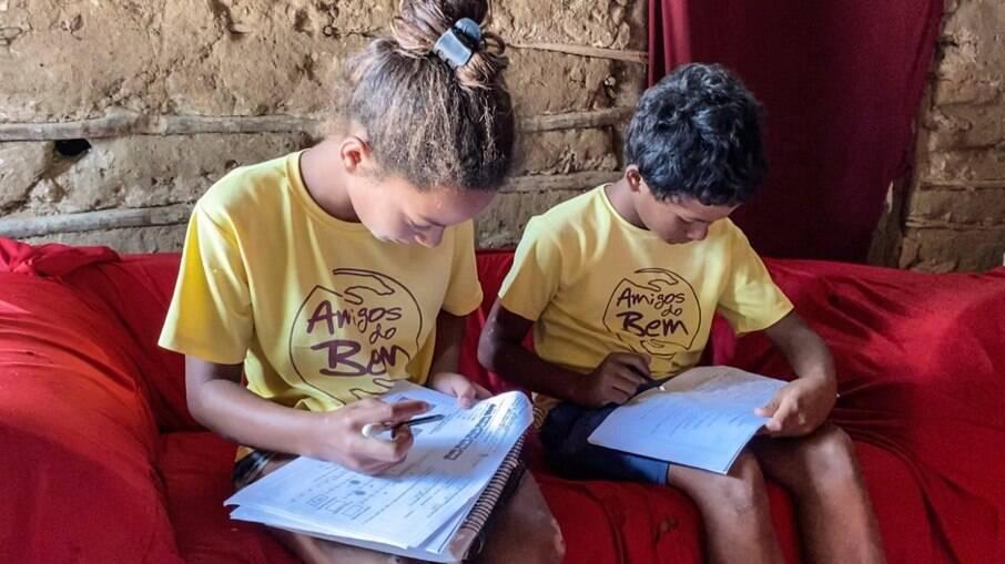 Crianças do sertão do Nordeste ajudadas pela organização Amigos do Bem