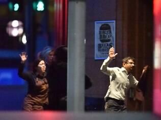Refém sai correndo de café após policiais entrarem