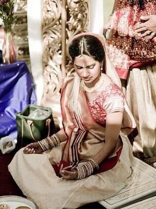 A noiva indiana se veste sempre com cores fortes e de maneira bastante rica