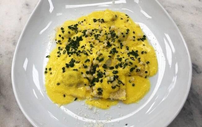 Ravióli com Recheio de Ricota Fresca e Espinafre ao Molho de Açafrão