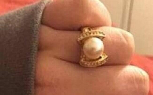 Após ganhar anel de noivado, mulher posta foto do presente e critica seu design: