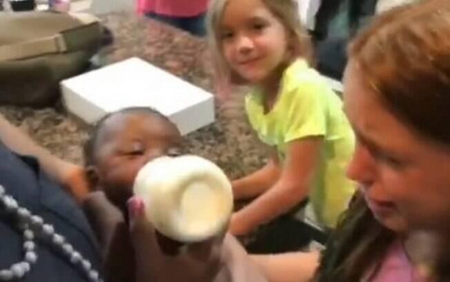 Garotas do Texas, Estados Unidos,  são surpreendidas com adoção e tem reação emocionante ao conhecer a nova irmãzinha