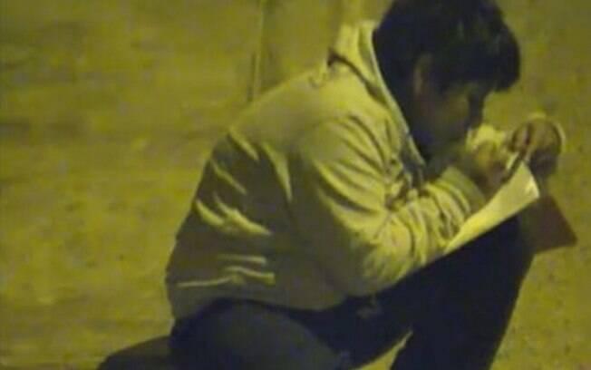 As imagens que viralizaram do menino estudando numa calçada foram registradas por uma câmera de segurança
