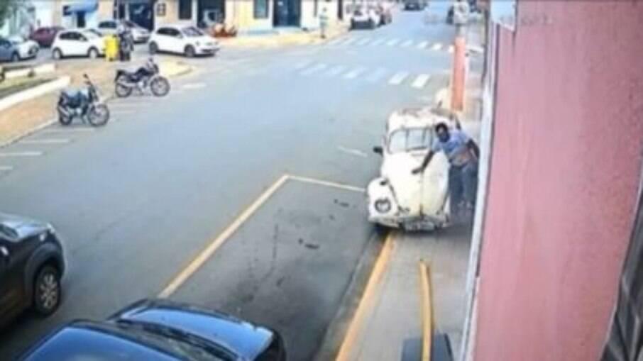 Homem sai correndo após ser atropelado na calçada