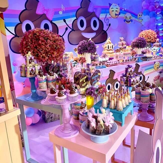docinhos de festa com decoração de emoji de cocô