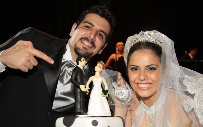 Rodrigo e Lais com o bolo do casamento: paixão alvinegra uniu o casal