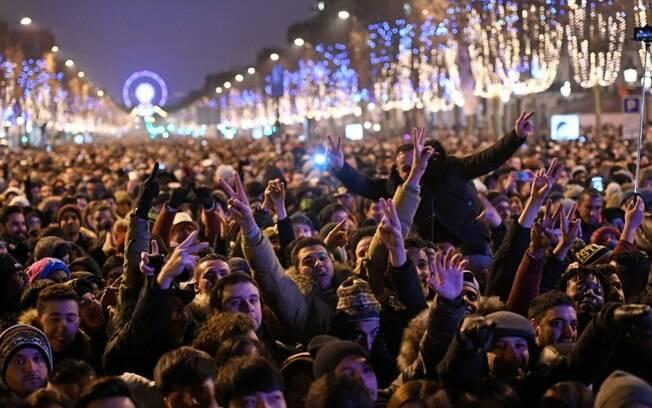 Em Paris, milhares de pessoas lotaram a Champs-Élysées para acompanhar a linda queima de fogos