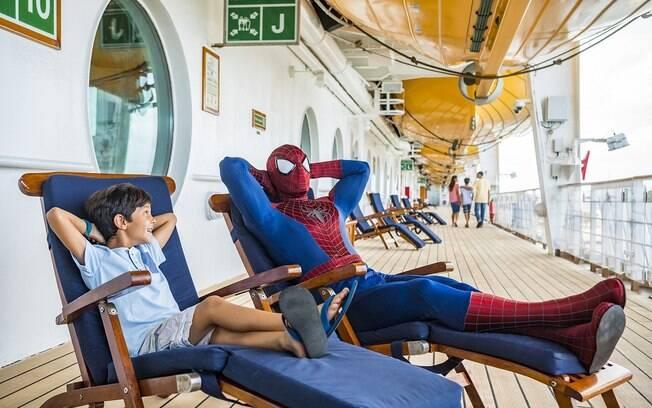 Durante o evento no Disney Cruise Line, os heróis interagem com os hóspedes, fazem apresentações e shows