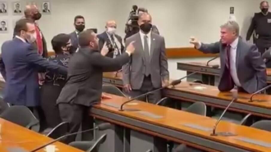 Aos berros, deputados trocam xingamentos durante sessão