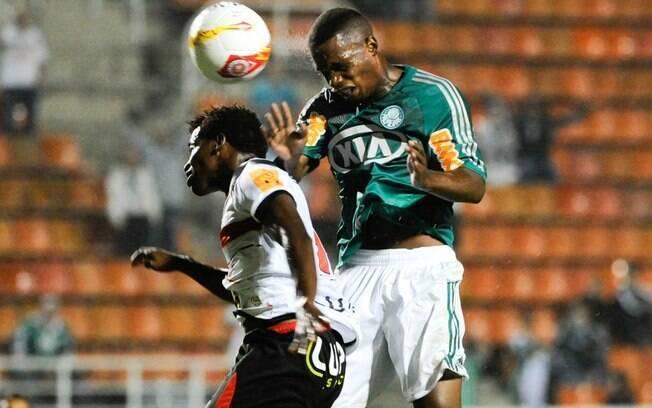 Patrick Vieira disputa pelo alto com zagueiro  do Paulista