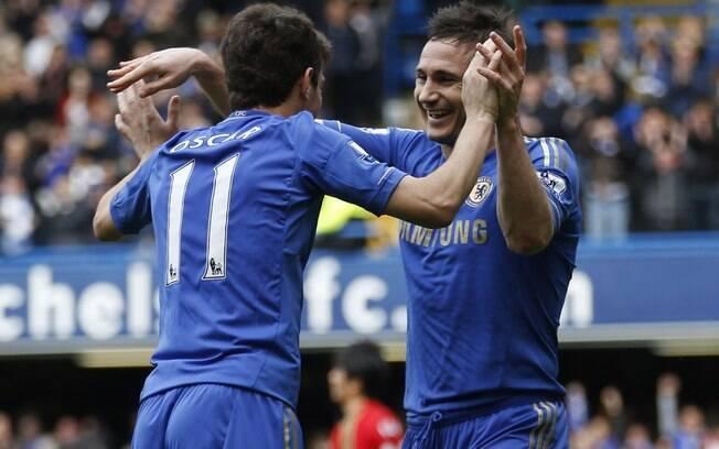 Oscar é cumprimentado por Lampard após  marcar